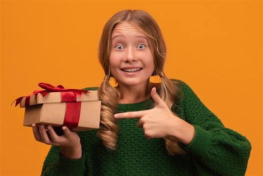 Ar ko pārsteigt jauno paaudzi: aizraujošas un interesantas dāvanas jauniešiem un pusaudžiem!